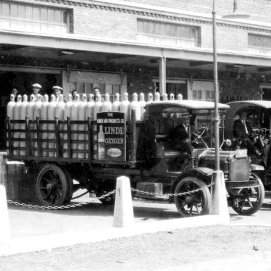 Corporate Heritage Year 1917 - black and white photo of a Linde truck transporting cylinders