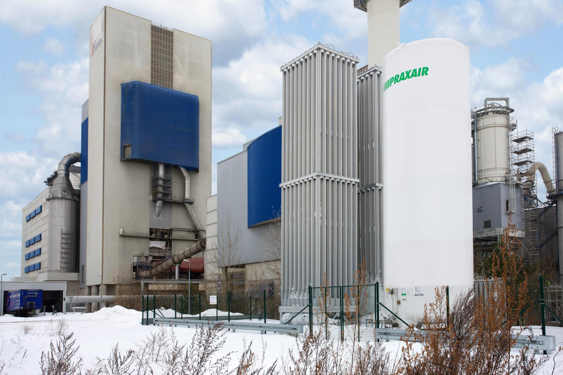 Corporate Heritage Year 2004 - Praxair acquires Air Liquide's Germany business